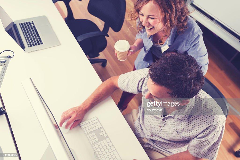 Zwei Menschen zusammen mit computer. : Stock-Foto
