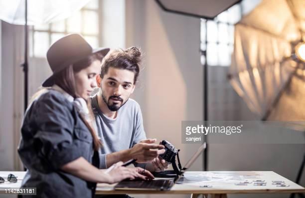 zwei fotografen arbeiten im studio - fotosession stock-fotos und bilder