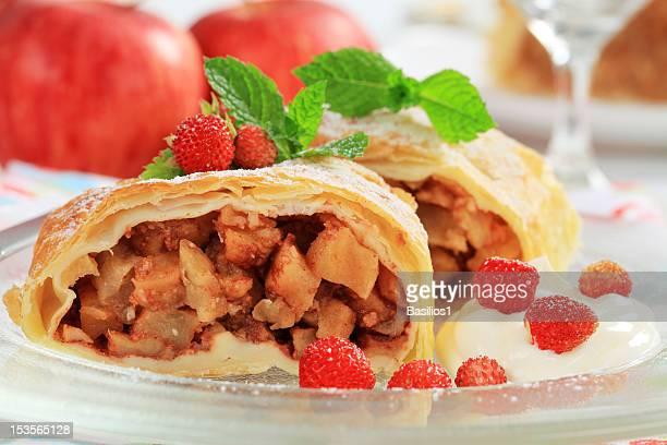 Deux pièces de strudel aux pommes, crème chantilly, les fraises sauvages