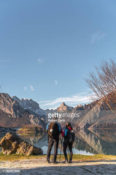 two pilgrims on the way to santiago de compostela looking at the landscape - peregrino fotografías e imágenes de stock