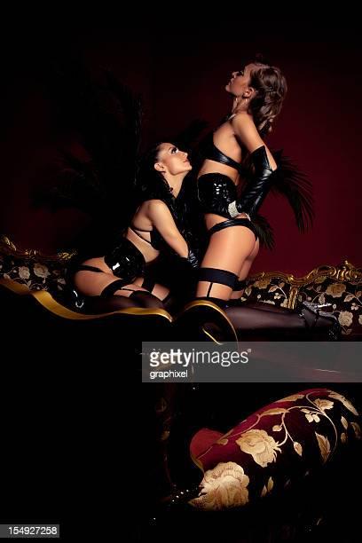 Deux pole dancers dans un night-club