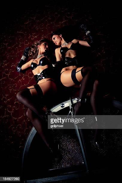 deux pole dancers dans un night-club - gogo danseuse photos et images de collection