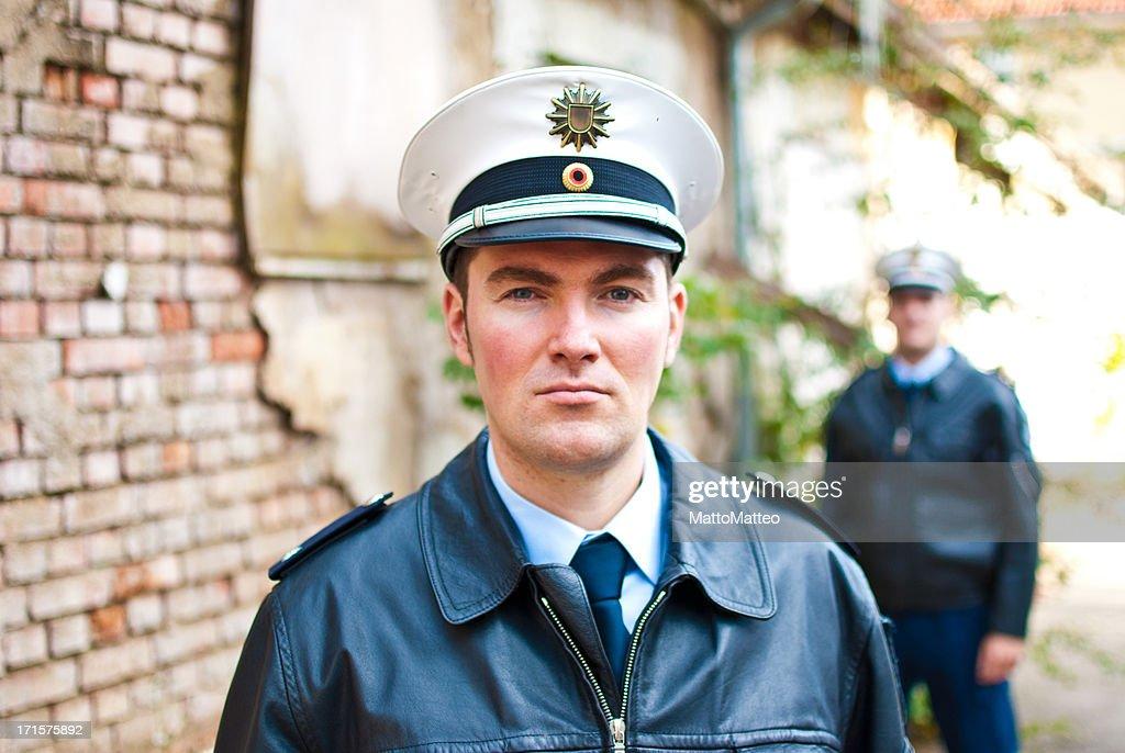 Zwei Polizisten sind Blick in die Kamera. : Stock-Foto