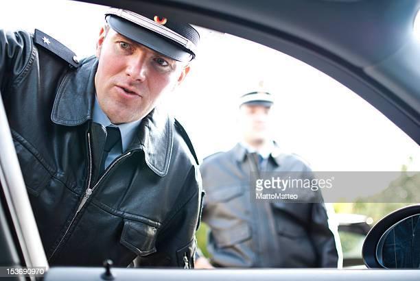 Deux officiers de police faisant un contrôle du trafic