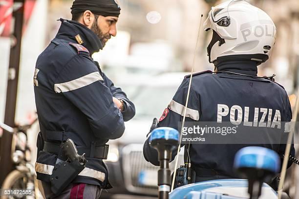 Zwei Polizisten für Motorräder sprechen auf Mailand street
