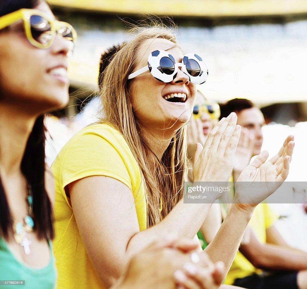 Zwei schöne Fußball-Fan, die Ihr team in einem Spiel : Stock-Foto