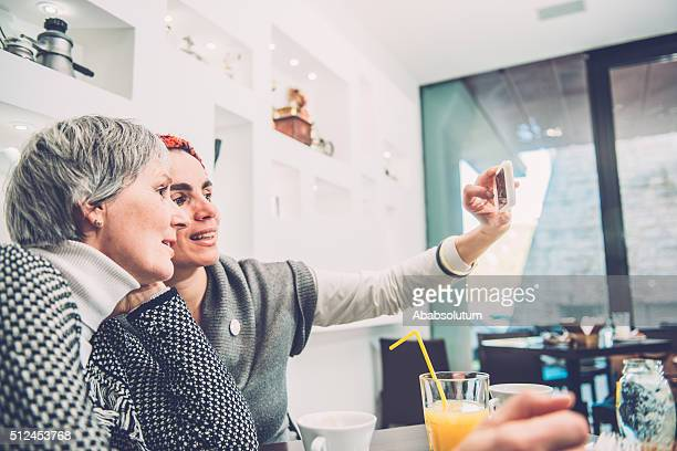 "Zwei hübsche Frauen Selfie "" Caffe Triest, Europa"