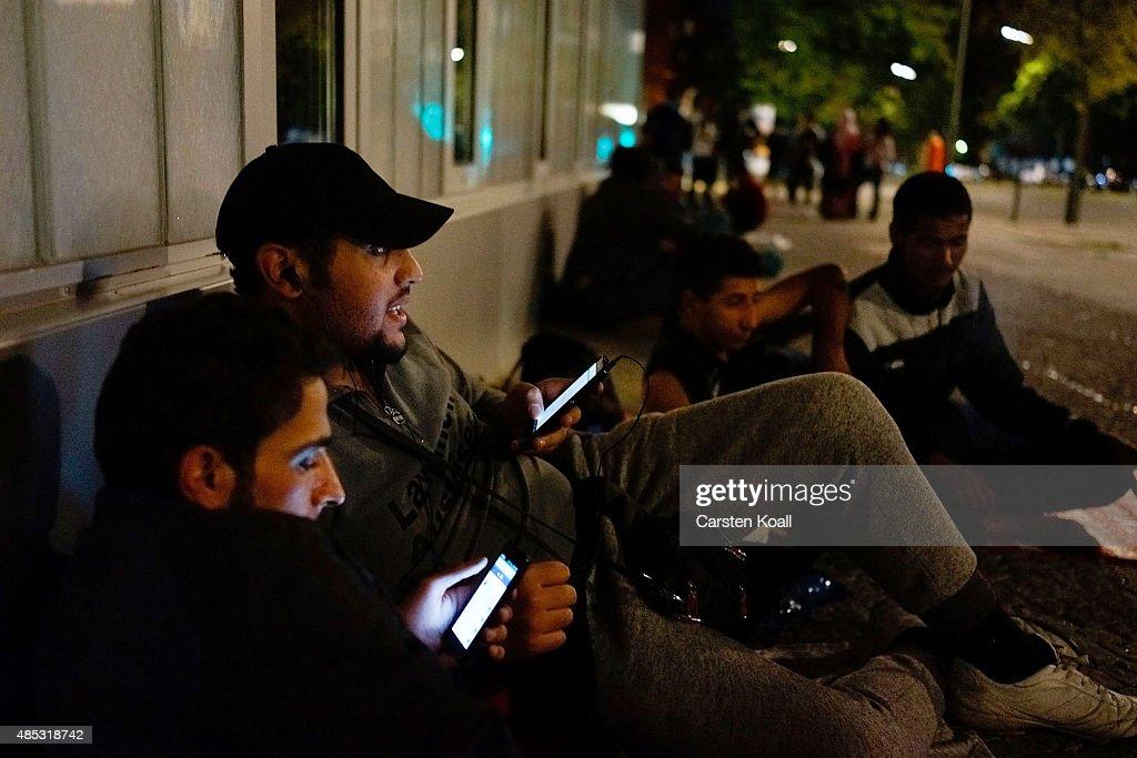 Migrants Seeking Asylum Arrive In Berlin : Nachrichtenfoto