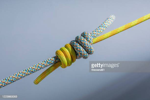 two ropes tied together with triple sailor's knot - binden stock-fotos und bilder