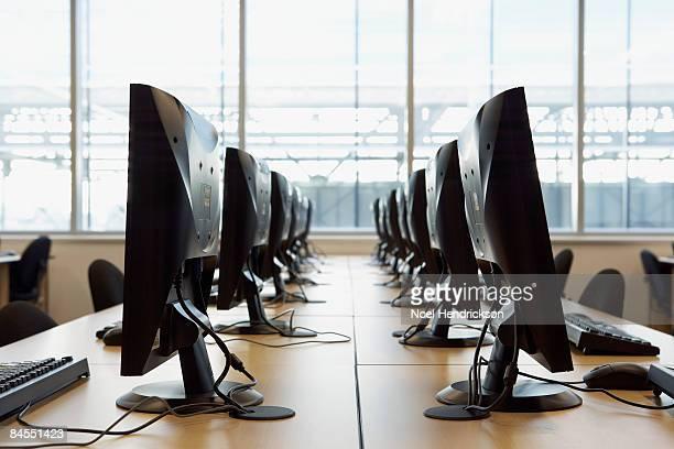 two rows of computers, flat screen monitors - fila arreglo fotografías e imágenes de stock