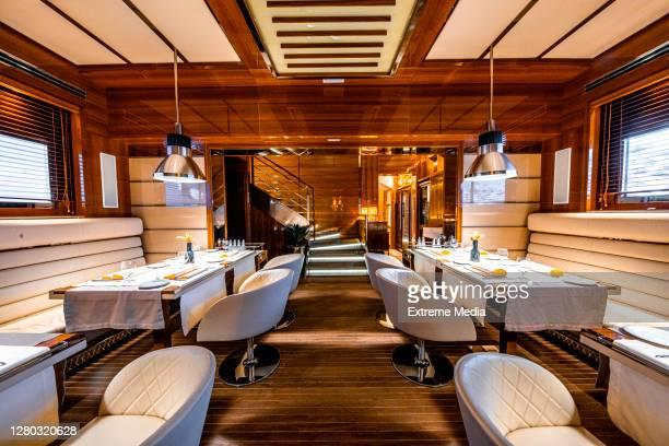 due file di tavoli in un ristorante di alto profilo - dentro foto e immagini stock