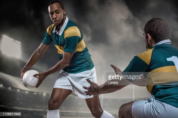 ゲームで 2 つのラグビー選手 - ラグビートーナメント ストックフォトと画像