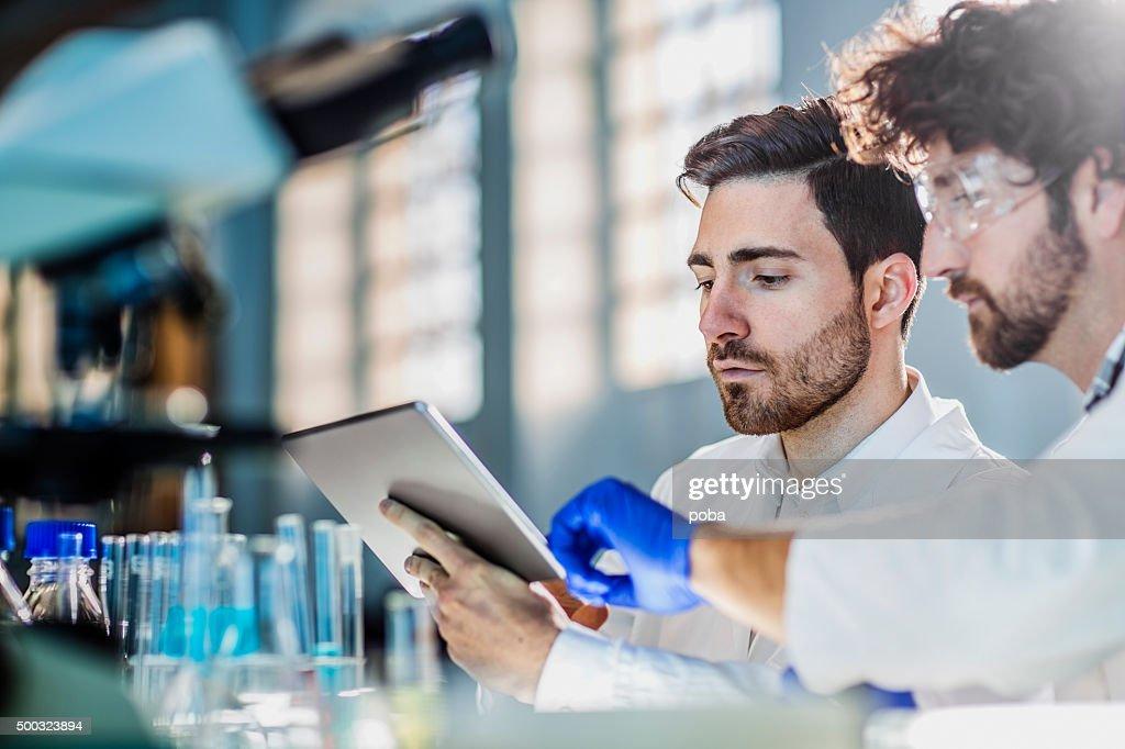 Zwei Wissenschaftler verwenden digitale tablet im Labor : Stock-Foto