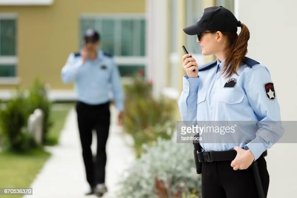 guarda de segurança de dois - ofício de segurança - fotografias e filmes do acervo