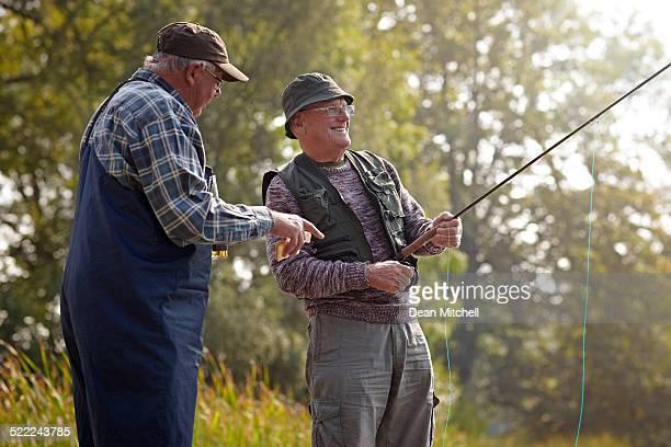 Zwei ältere Erwachsene Angeln auf See
