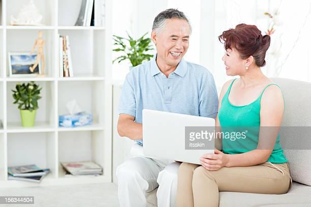 Zwei Ältere asiatische Personen mit computer