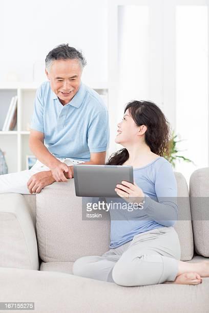 Zwei Ältere asiatische Menschen mit tablet PC