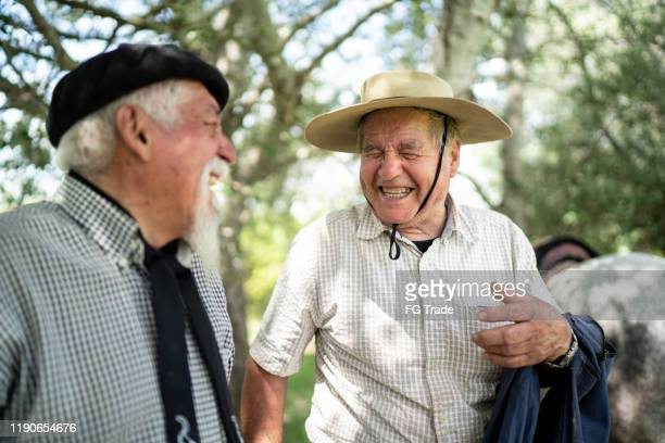 2人の先輩ガウチョの友人が笑う - リオグランデドスル州 ストックフォトと画像