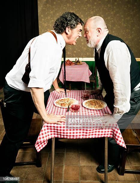 Zwei ältere Männer streiten über italienische Pasta Dinner