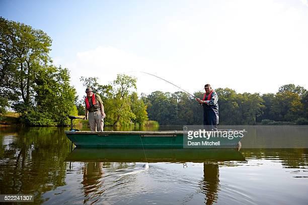 Zwei ältere Männer Angeln auf dem See