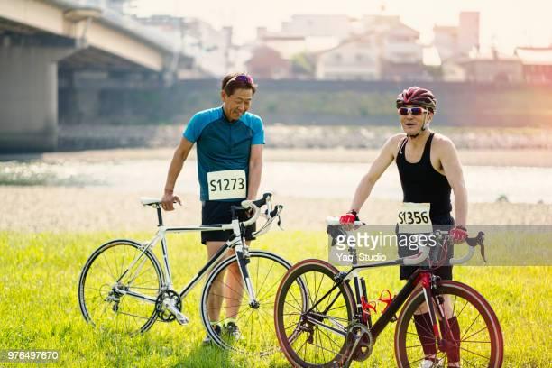 dois homens sênior suas corridas de bicicleta - desempenho atlético - fotografias e filmes do acervo