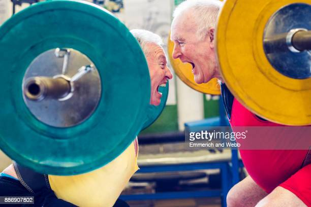 two senior powerlifters face to face, shouting - rivaliteit stockfoto's en -beelden