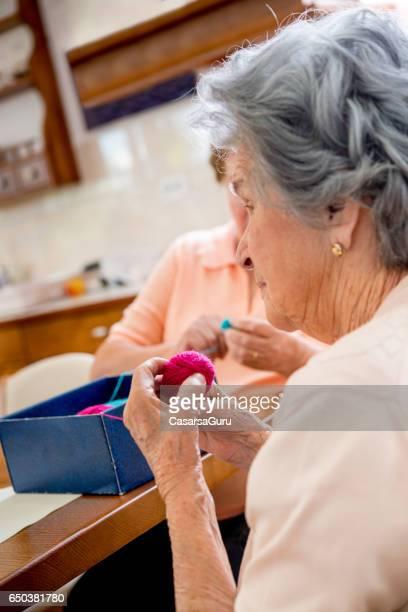Zwei Frauen in Führungspositionen die Knäuel Wolle In der Tagesstätte für ältere Menschen