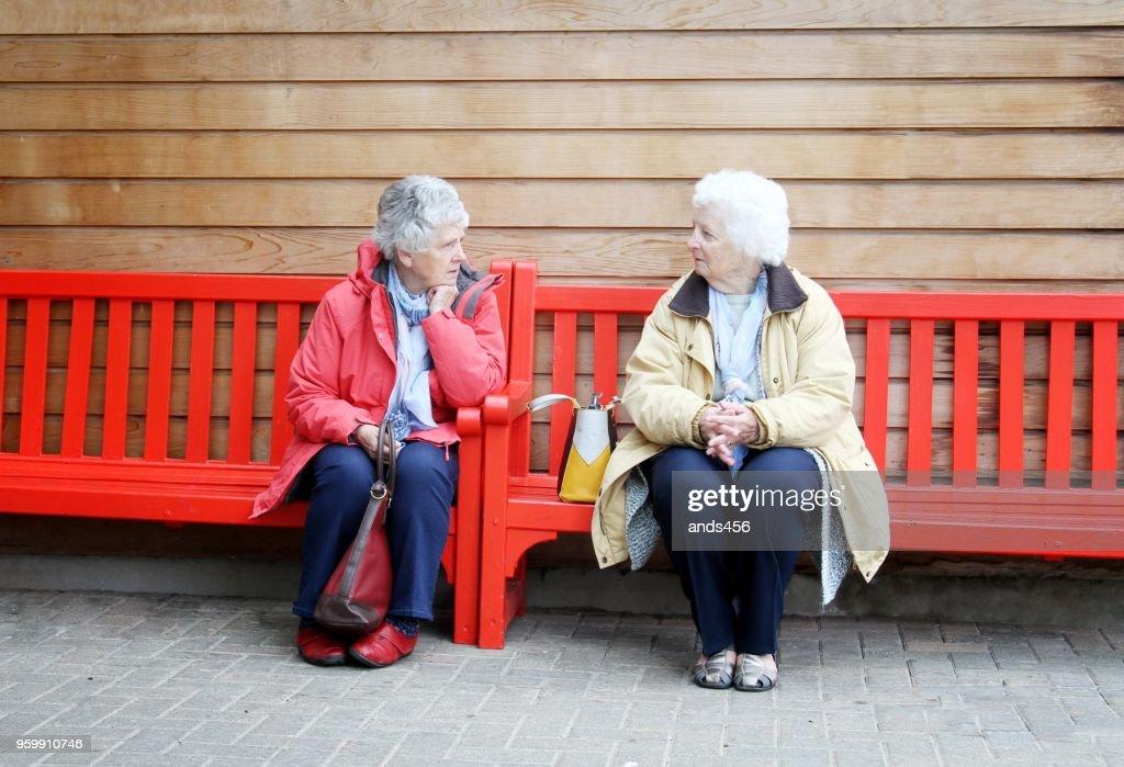zwei Frauen in Führungspositionen auf Bank : Stock-Foto