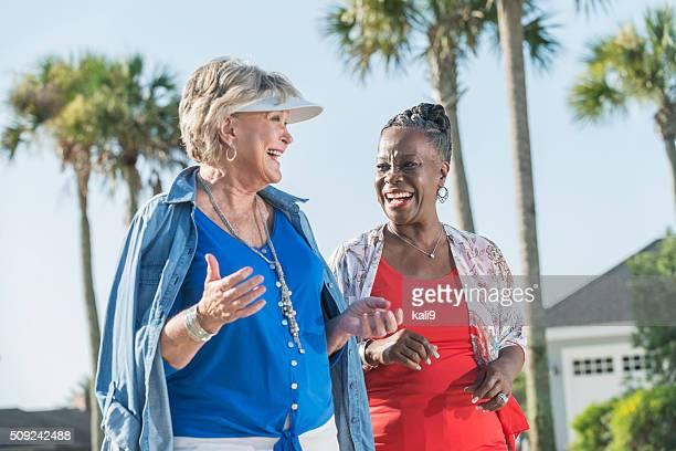 Deux femmes âgées à pied et parler en plein air