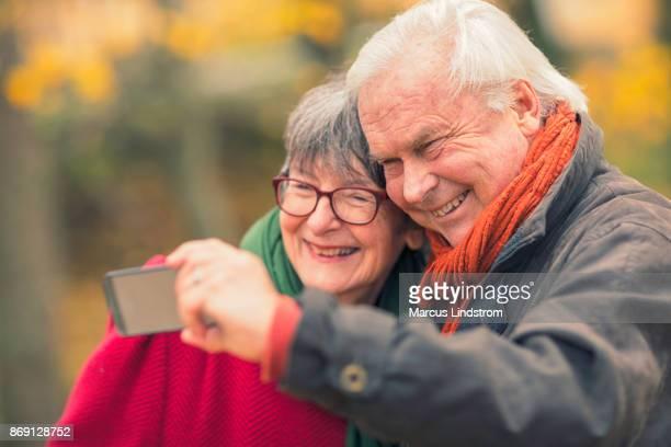 zwei senioren nehmen sie ein bild zusammen - westeuropa stock-fotos und bilder