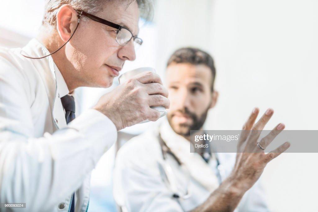 Zwei schwere Ärzte eine Diskussion. : Stock-Foto