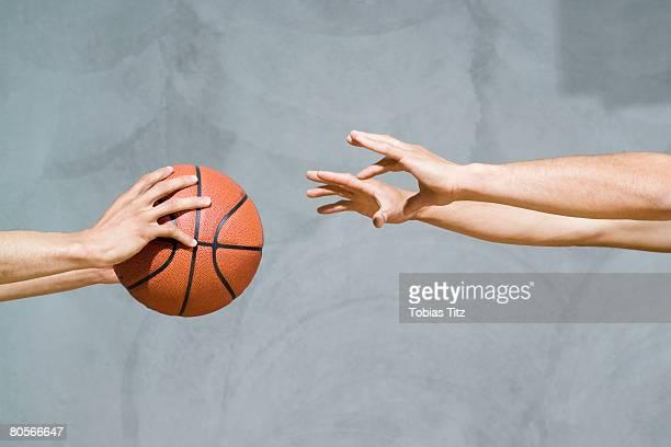 two sets of human arms passing a basketball - passando - fotografias e filmes do acervo