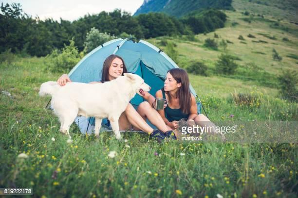 Zwei Schwestern camping auf einem Berggipfel.