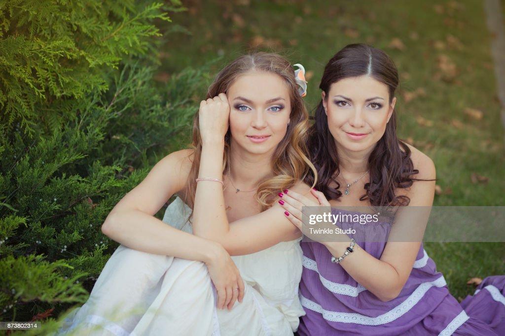 Zwei Schwestern Freunde Blond Brünett Blaue Augen Lady Mädchen ...