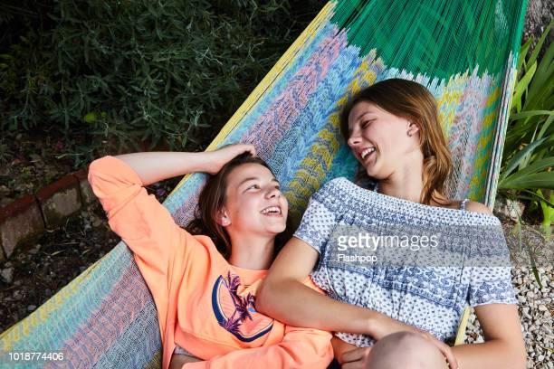 two sisters - zus stockfoto's en -beelden