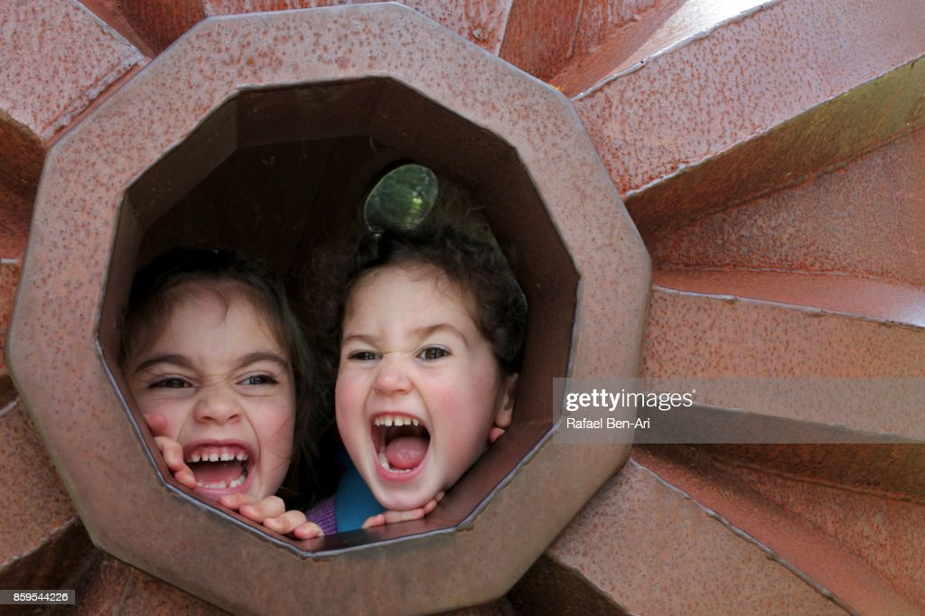 Two sisters scream together outdoors : Foto de stock