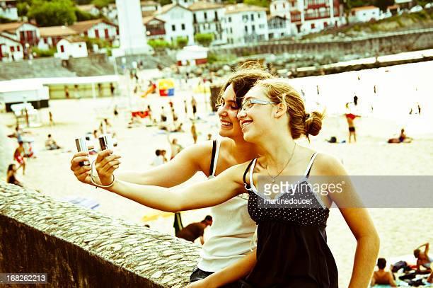 Zwei Schwestern, die Selfies mit zwei Handy-Kameras