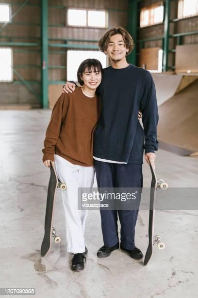 笑う2人のスケートボーダー - minimalist living in japan ストックフォトと画像
