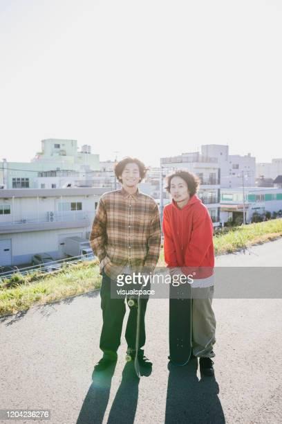 two skateboarders - só homens jovens imagens e fotografias de stock
