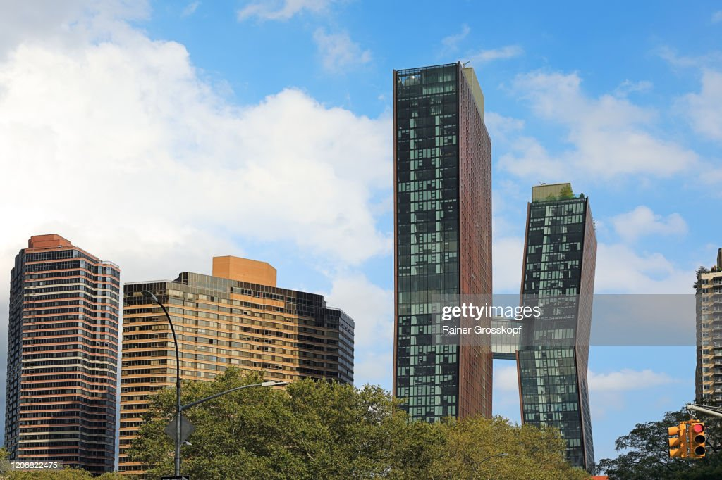 Two Skyscrapers connected by a sky bridge in the middle of the building height : Stock-Foto