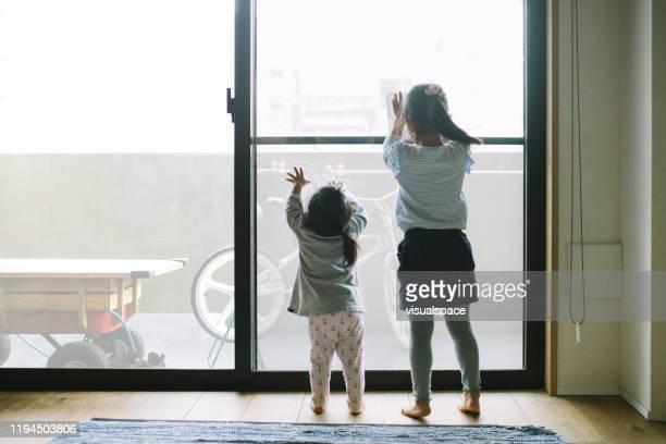 二人の小さな女の子が窓を掃除 - minimalist living in japan ストックフォトと画像