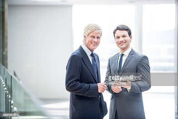 Zwei lächelnd Geschäftsmann mit digital tablet