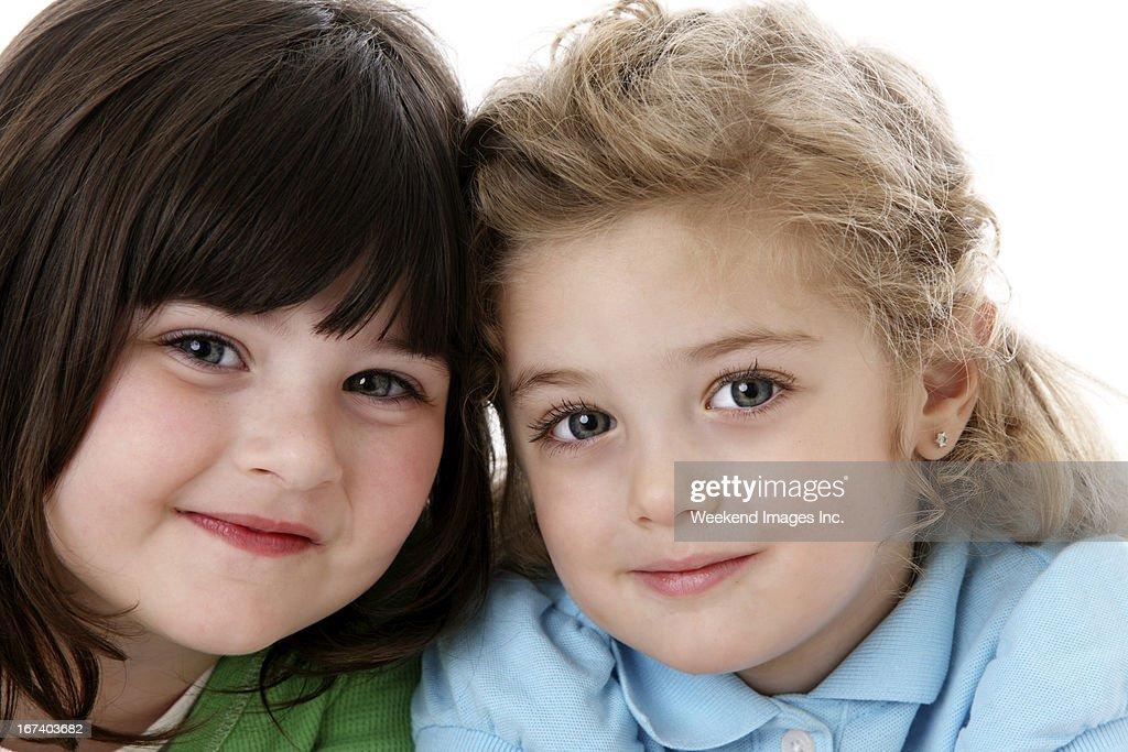Zwei lächelnde Mädchen : Stock-Foto