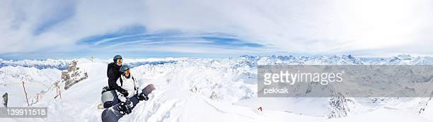 Zwei Snowboarder auf die Berge