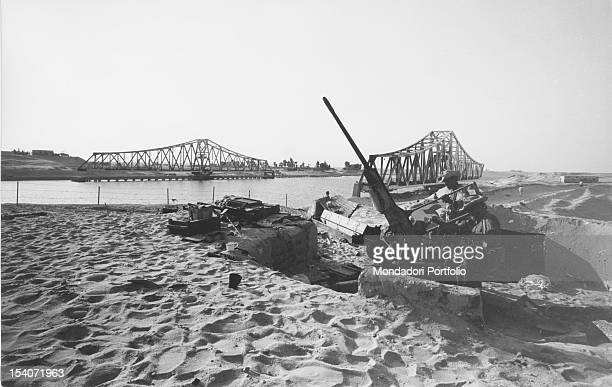 Two soldiers with machineguns near the bank of the Suez Canal during the ArabIsraeli war said SixDay War Egypt 1967