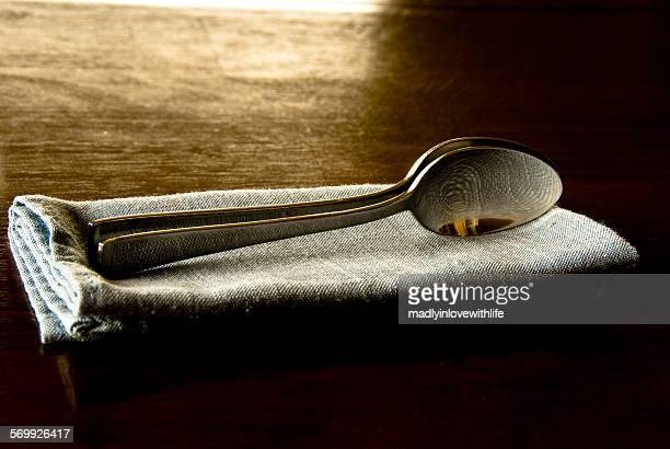 two spoons spooning - abbracciarsi a letto foto e immagini stock