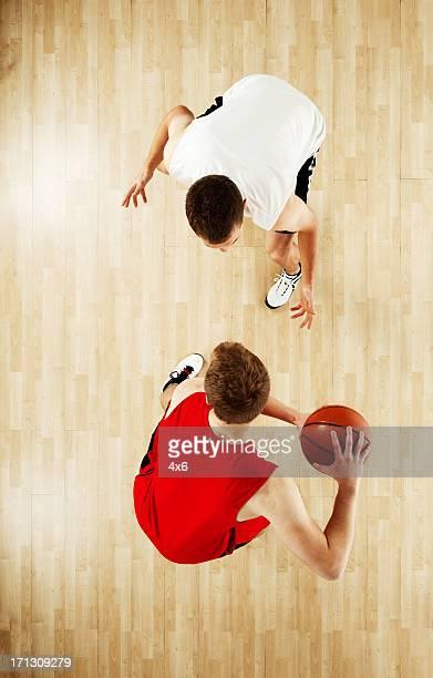 Zwei Sportler beim basketball
