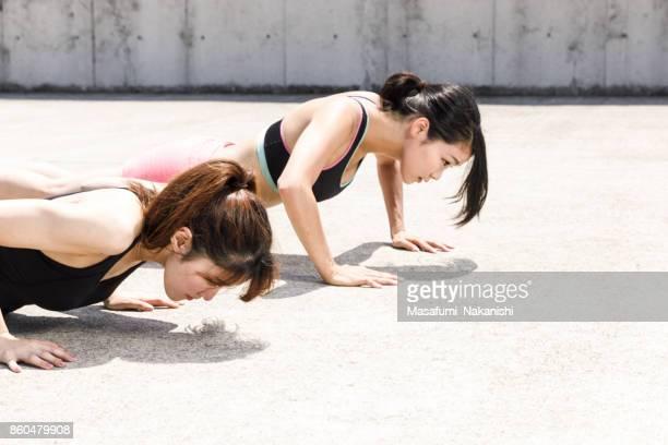 ハード トレーニング アウトドアをやっている 2 つのスポーティな日本女性