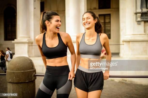 Zwei sportliche lachende Frau