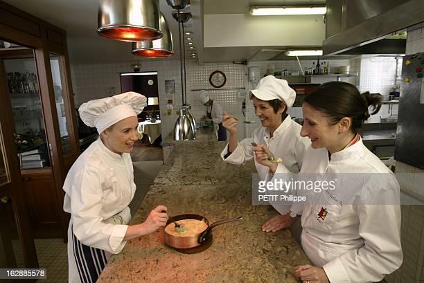 Two Stars For Three Women Great Chefs Reine SAMMUT coiffée d'une gâpette blanche AnneSophie PIC réunies chez Hélène DARROZE coiffée d'une toque...